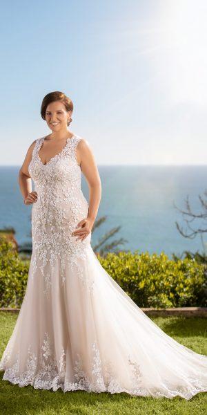 kanten-trouwjurk-tres-chic-Miss-Emely-21308-bruidswinkel-apeldoorn-bruidsboetiek-de-blauwe-hoeve