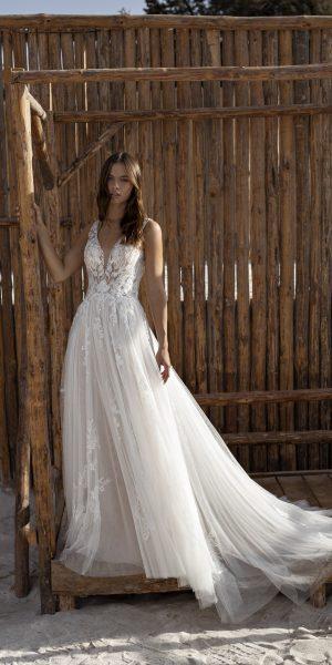 Papillon_2022_Odetta_modeca-bruidsboetiek-de-blauwe-hoeve-bruidswinkel-apeldoorn-gelderland-glitter-kant-trouwjurk